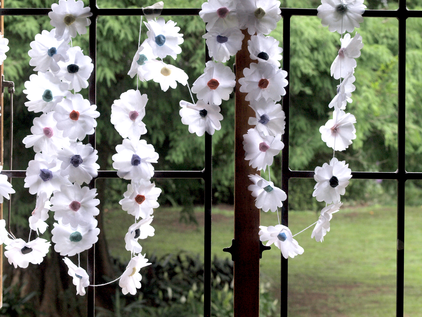 Delicate Paper Daisy Chain Pictorial Diy Decor